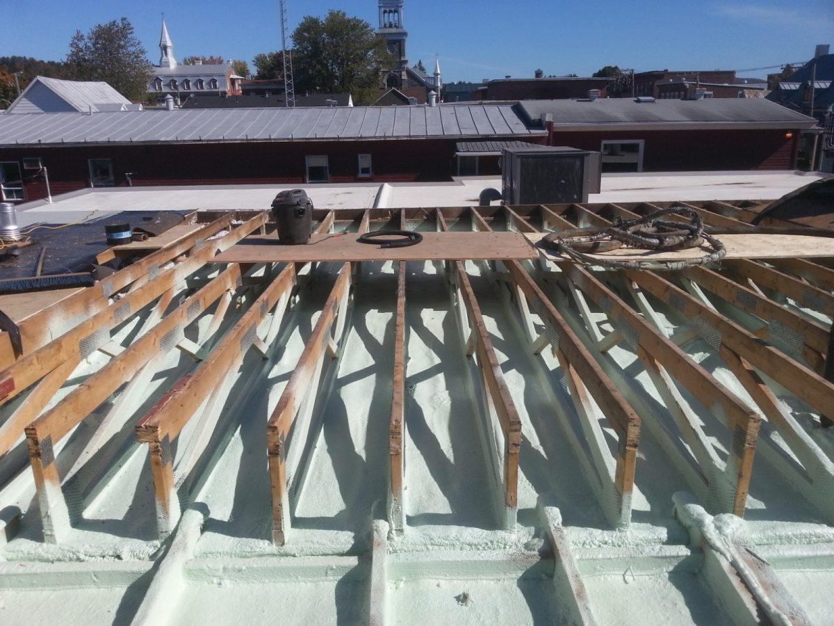 isolation d'une toiture à l'uréthane giclée